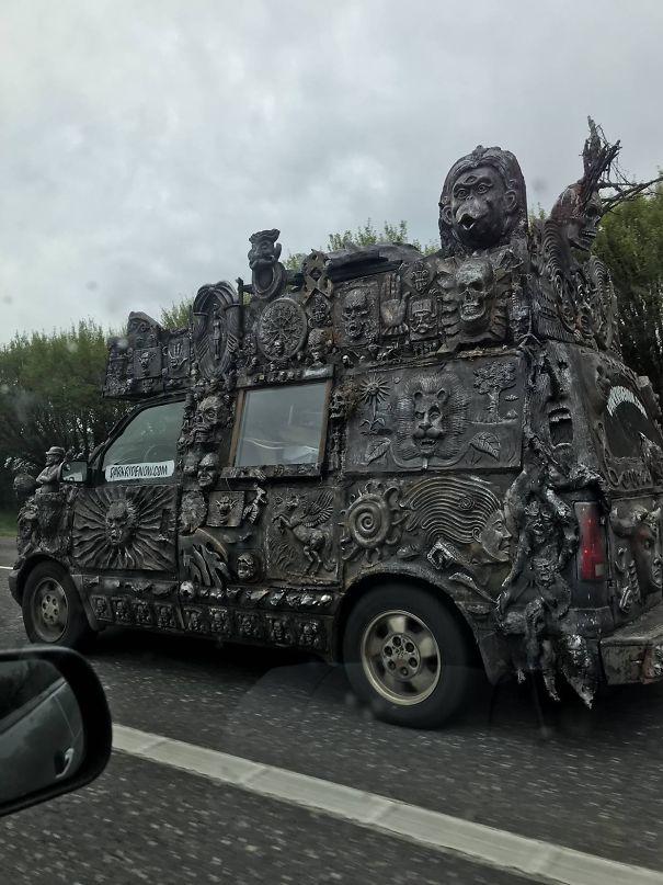 22 choses les plus bizarres que des gens ont vues sur la route (nouvelles images)