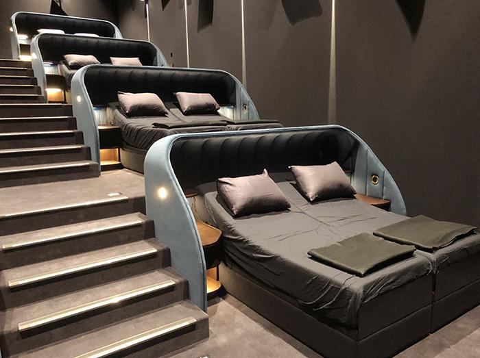 Ce cinéma suisse a remplacé tous ses sièges par des lits doubles
