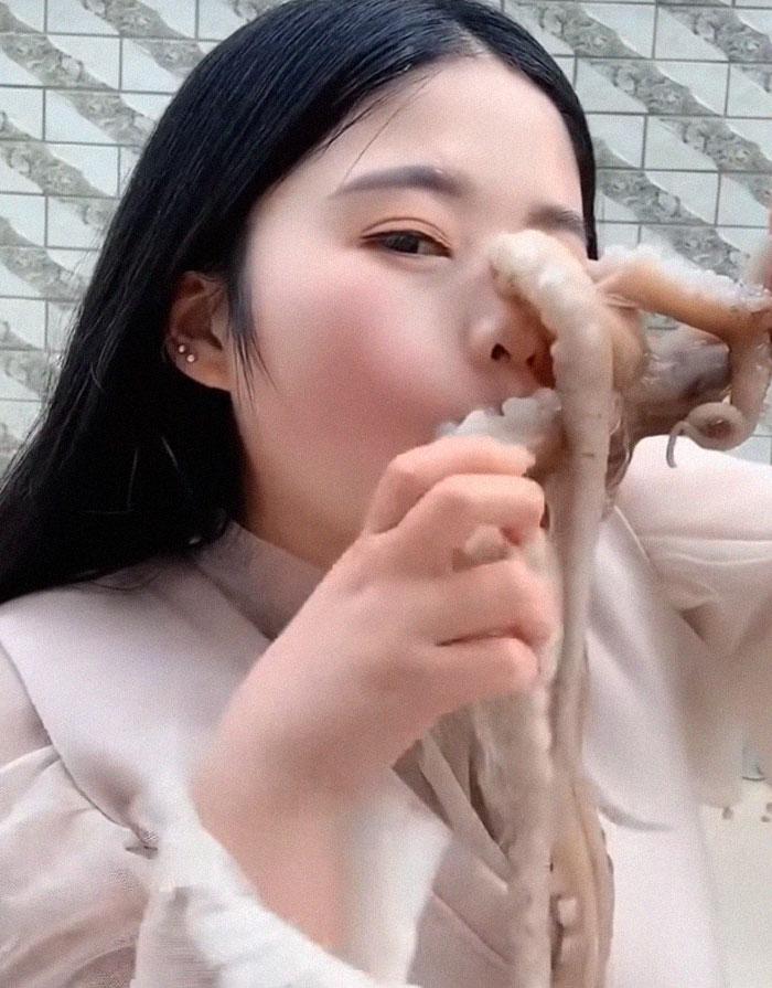 Une pieuvre a attaqué une femme qui a essayé de la manger vivante