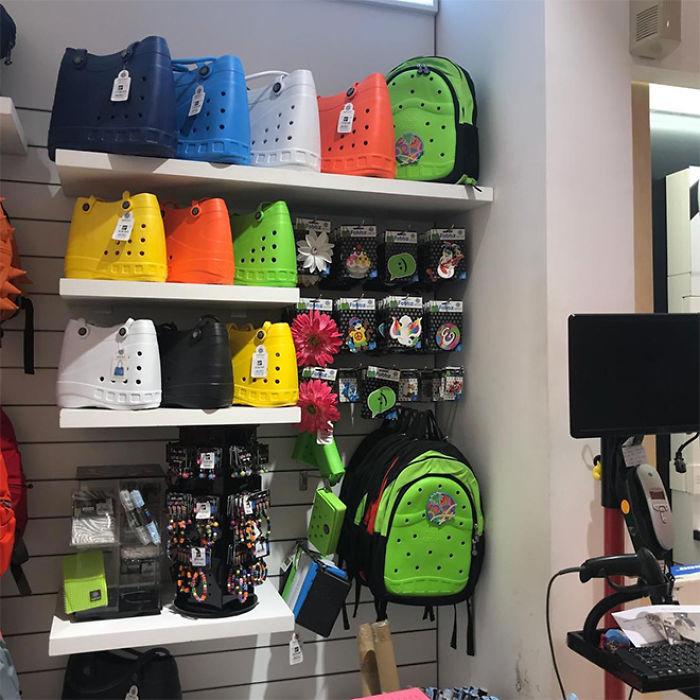 Les sacs à main Crocs existent et les gens veulent des explications