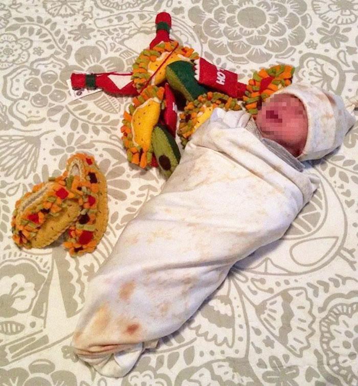 Amazon vend une couverture à emmailloter qui te permet d'envelopper ton bébé dans un petit burrito