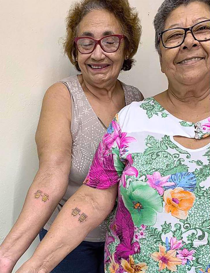 Ces 2 femmes ont célébré 30 années d'amitié en se faisant tatouer des tatouages assortis de ce qu'elles aiment le plus