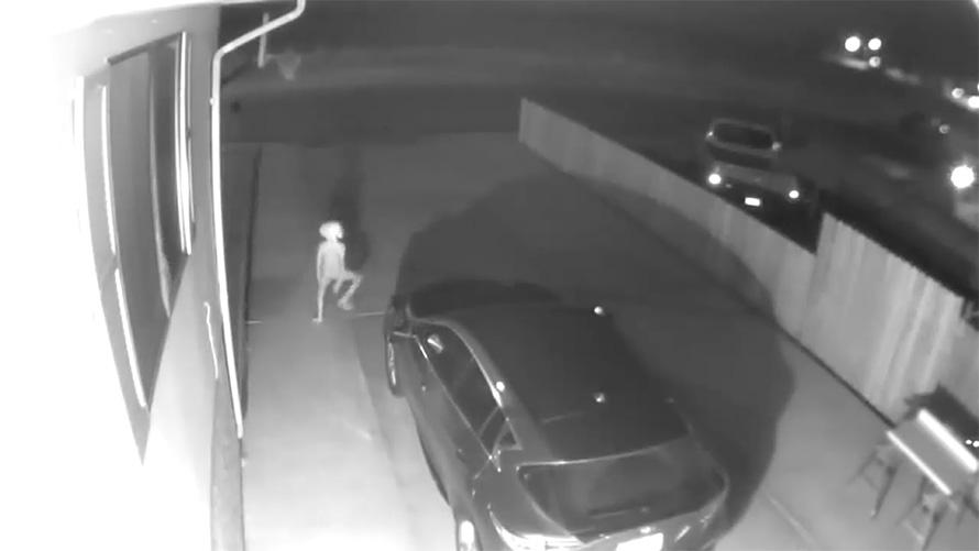 Une caméra de surveillance a filmé un «elfe» flippant marchant dans l'entrée d'une maison