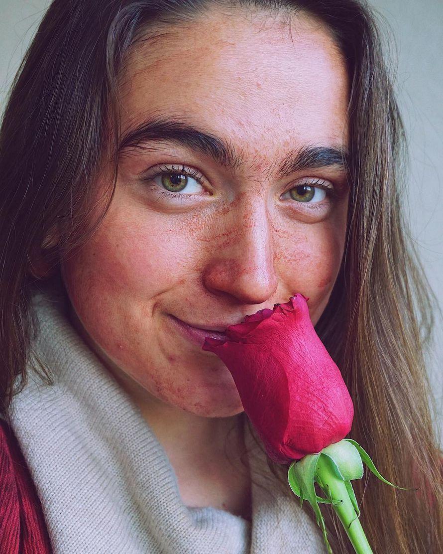 Cette femme utilise le sang de ses règles comme masque facial pour «traiter les poussées d'acné»
