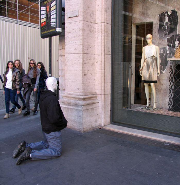 30 mannequins réalistes placés dans le monde entier pour taquiner les gens par Mark Jenkins