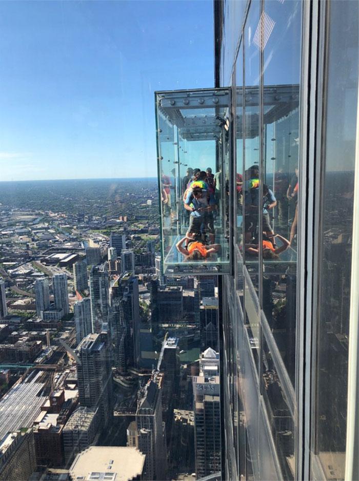 Le pire cauchemar des visiteurs s'est réalisé lorsque le plancher de verre du 103e étage s'est fendu sous leurs pieds