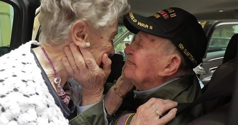 Un vétéran américain de 97 ans a été réuni avec une Française de 92 ans dont il était tombé amoureux pendant la Seconde Guerre mondiale