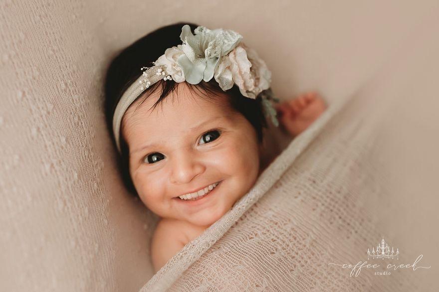 Une infirmière devenue photographe ajoute des sourires aux photos professionnelles de bébés et c'est hilarant (16 images)