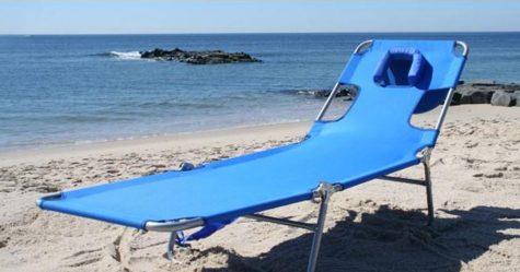 Amazon vend une chaise longue de plage avec un trou pour le visage pour la lecture