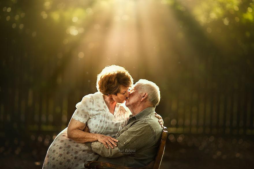 J'ai demandé à des couples de personnes âgées de poser pour des photos de style fiançailles, et voici à quoi ressemble le véritable amour (15 images)