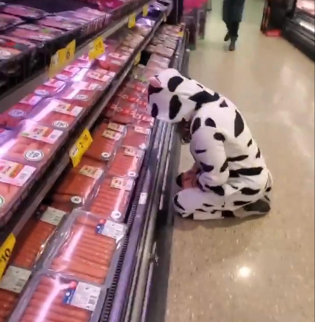 Cette manifestante végane s'est déguisée en vache pour pleurer la viande dans un supermarché