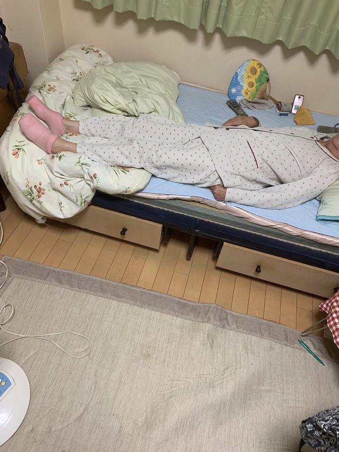 Une grand-mère a pris les jouets sexuels de son fils pour des chaussettes thermiques et a eu beaucoup de mal à les enlever