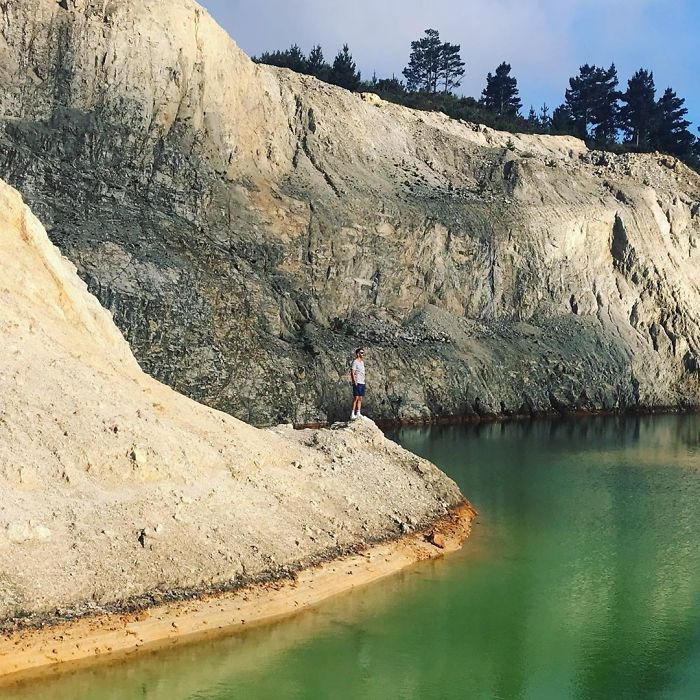 Des influenceurs sont tombés malades après avoir confondu une décharge de déchets toxiques avec un magnifique lac bleu
