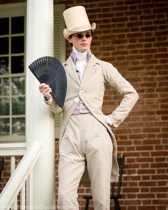 Cet homme a dit au revoir à ses derniers vêtements modernes à l'âge de 14 ans et porte des vêtements historiques depuis