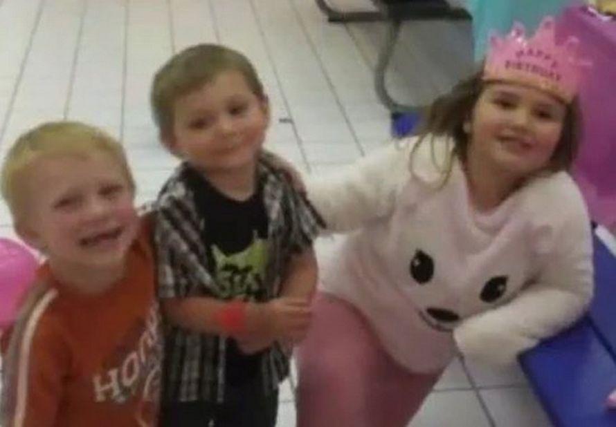 Un oncle héroïque a couru dans une maison en feu pour sauver sa nièce de 8 ans après avoir sauvé ses neveux