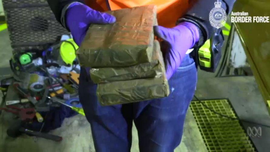La police a découvert 384 kilos de cocaïne cachés à l'intérieur d'une pelle mécanique à l'aide de la technologie à rayons X