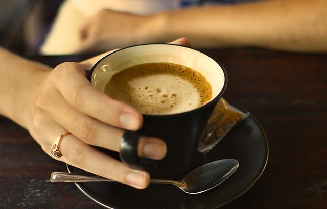 Boire seulement trois tasses de café par jour peut déclencher des crises de migraine, selon la science