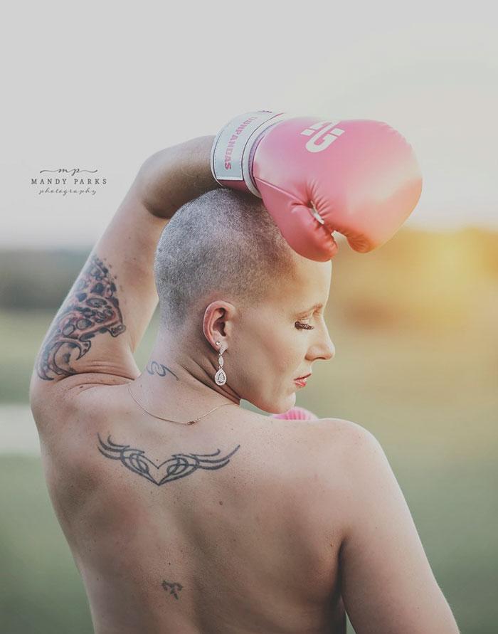 Cette séance photo brute d'une femme qui se prépare à lutter contre le cancer du sein alors que son mari rase ses cheveux est devenue virale