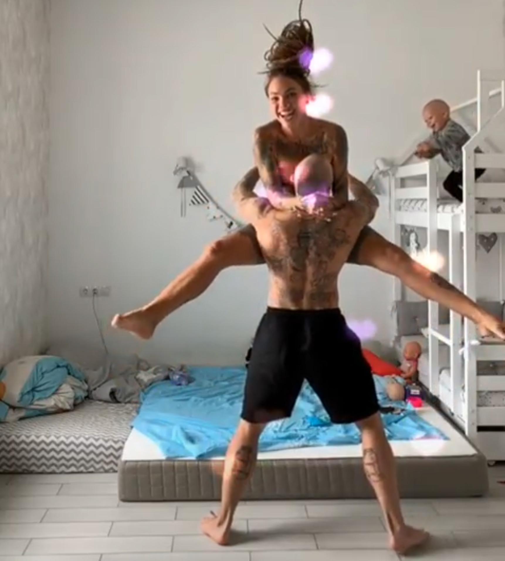 Cette maman a été critiquée pour avoir partagé la vidéo de son bébé sautant du lit et tombant sur la tête