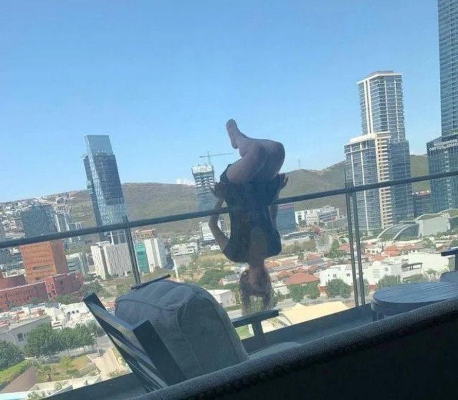 Cette femme a fait une chute de 25 mètres d'un balcon en faisant une posture extrême de yoga