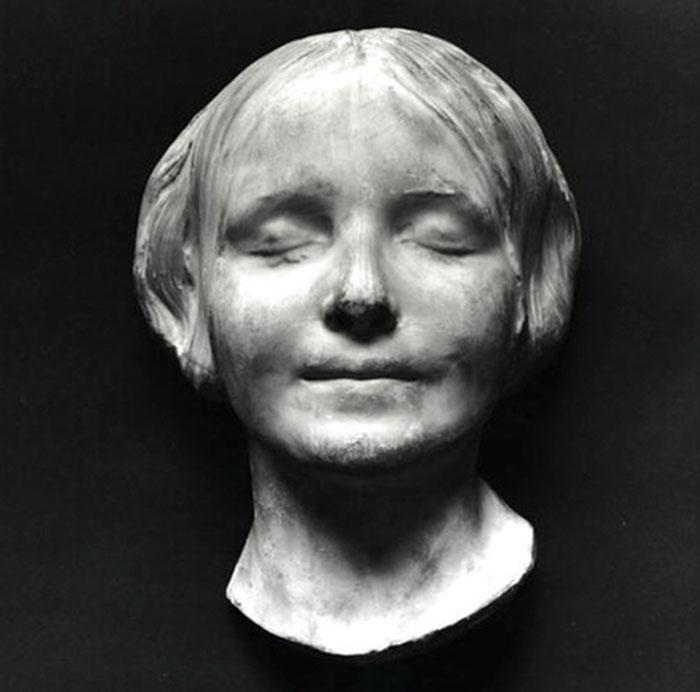 Il s'avère que le visage du mannequin de RCP est une copie du visage d'une femme noyée du 19e siècle