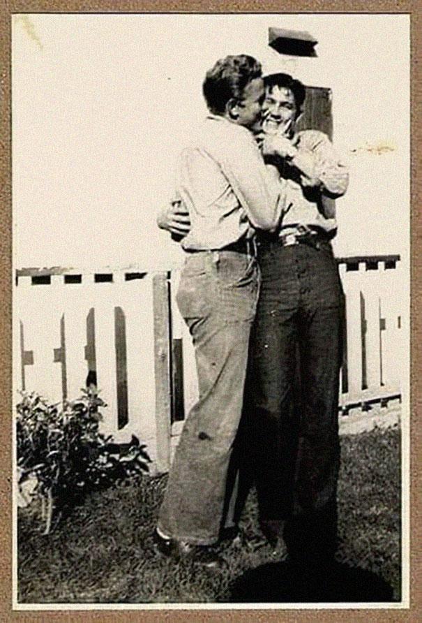 Tannée des gens qui disent que les gays n'avaient jamais existé jusqu'à présent, cette personne a recueilli 31 photos à titre de preuve