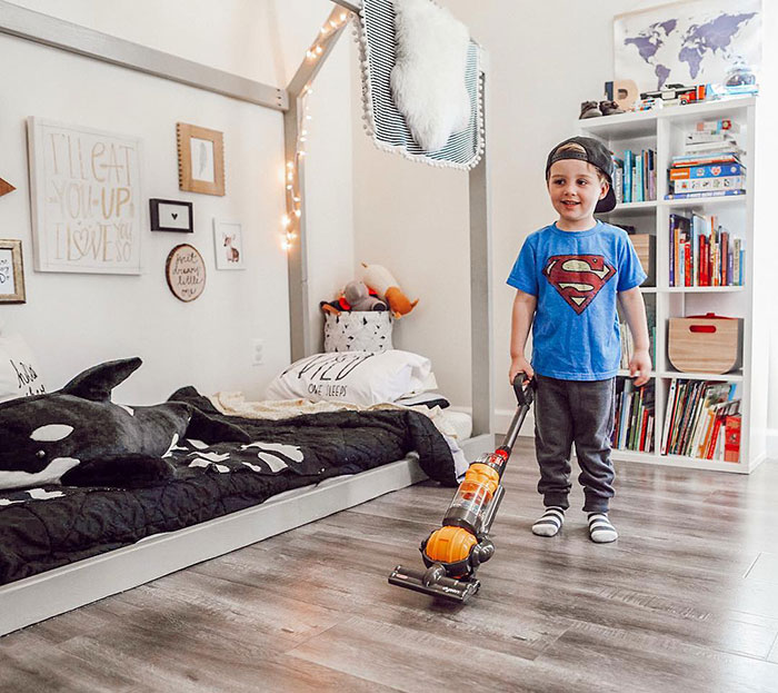 Les parents adorent cet aspirateur Dyson pour enfants à 27$ qui nettoie réellement le sol