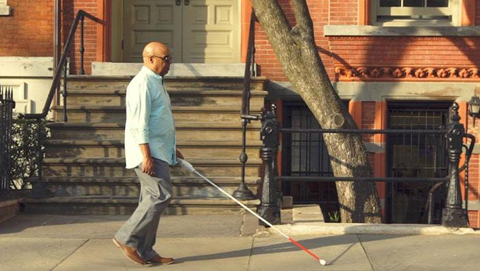 Un ingénieur aveugle a inventé une «canne intelligente» qui utilise Google Maps pour aider les personnes aveugles à naviguer