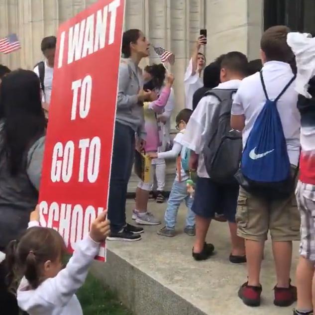New York interdit aux enfants non vaccinés d'aller à l'école et leurs parents anti-vaccins sont furieux