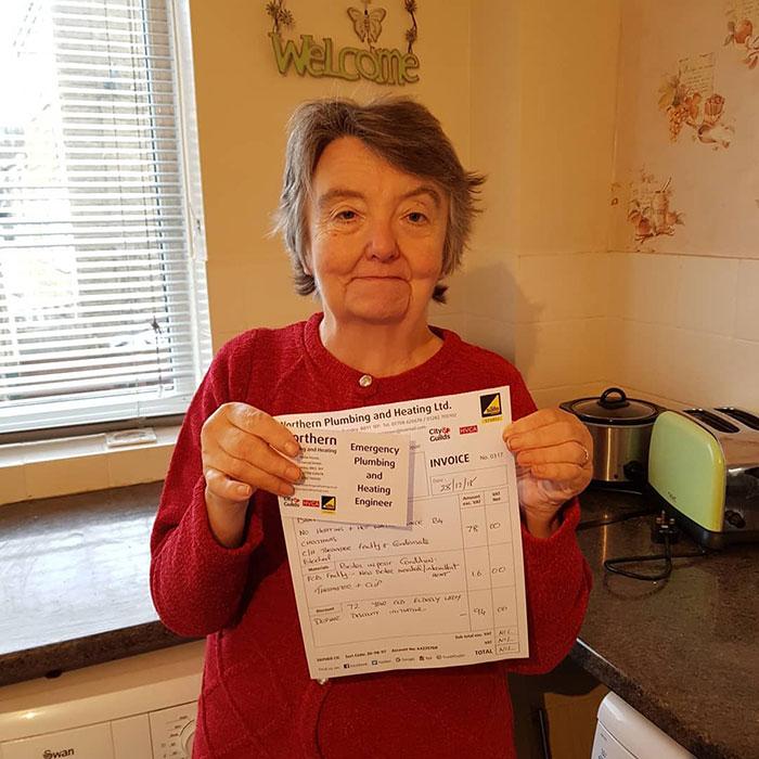 Cette facture d'un plombier pour la réparation du chauffe-eau d'une grand-mère de 91 ans est devenue virale