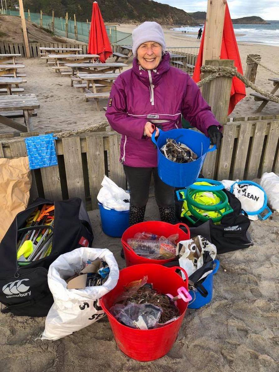 Cette grand-mère de 70 ans a nettoyé 52 plages en un an et a prouvé qu'il n'est jamais trop tard pour prendre soin de notre planète