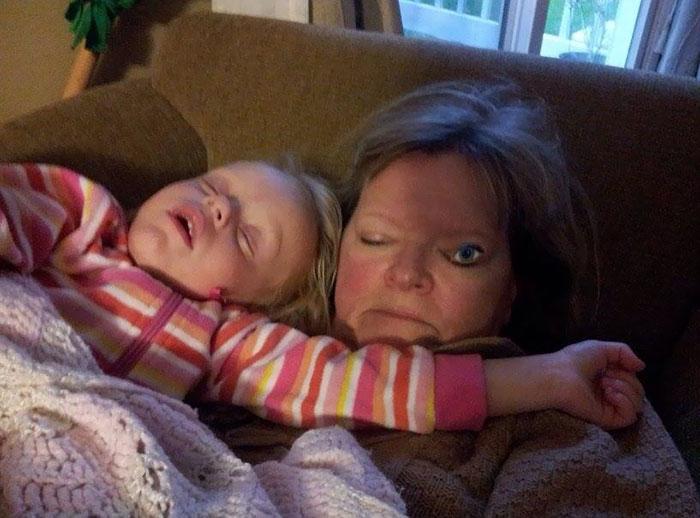 22 personnes qui ont été surprises à faire la sieste de façon drôle et inconfortable