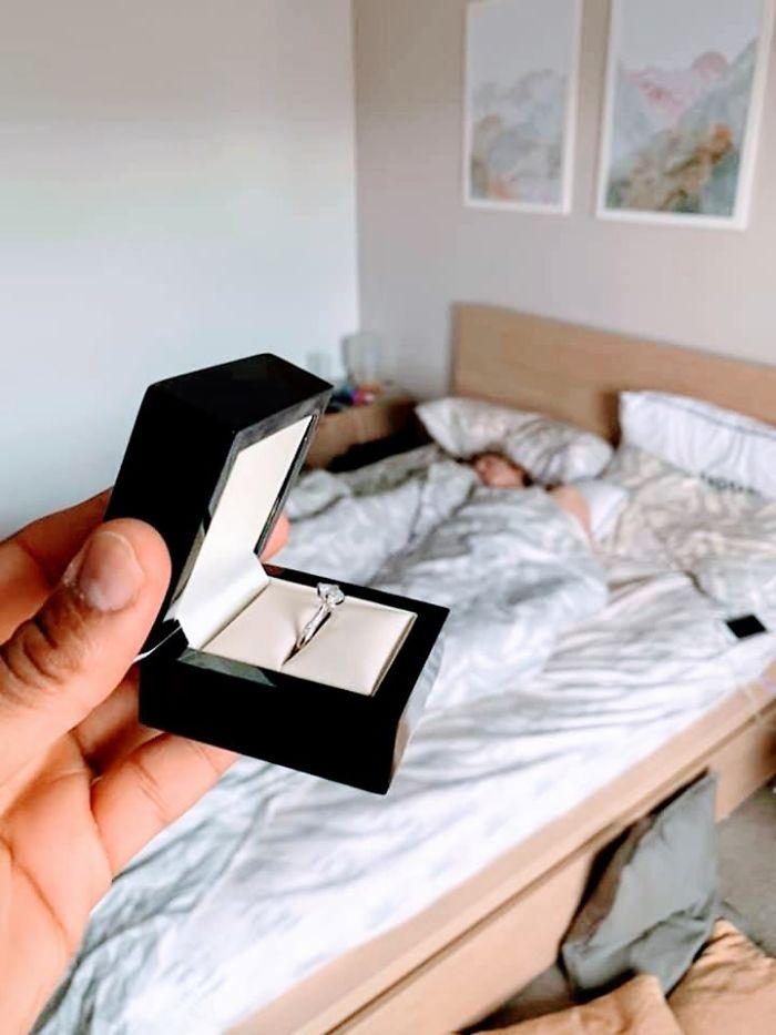Ce gars a décidé de voir jusqu'où il pourrait exposer sa bague de fiançailles devant sa petite amie sans qu'elle s'en aperçoive (22 images)