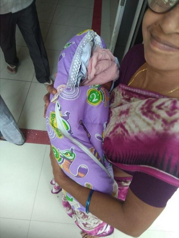 Cette femme de 74 ans est devenue la plus vieille maman du monde après avoir donné naissance à des jumelles