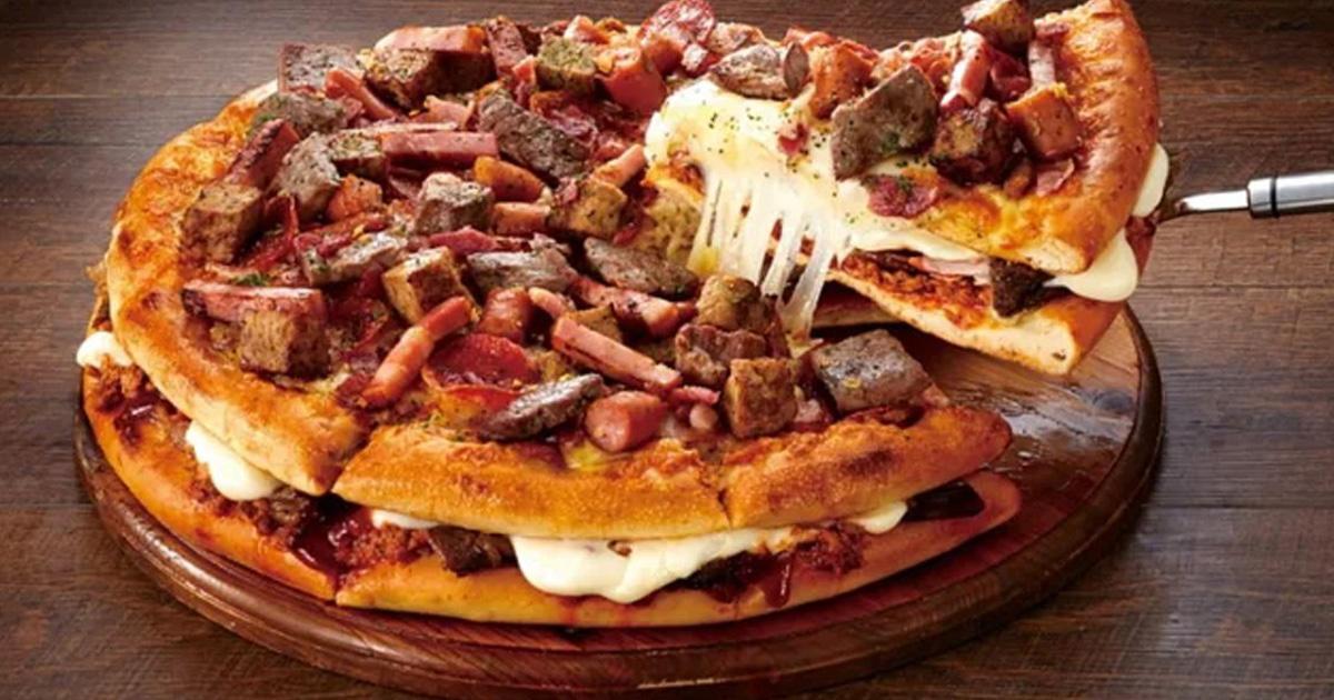 Le Japon propose un sandwich géant à la pizza avec 18 types de viande