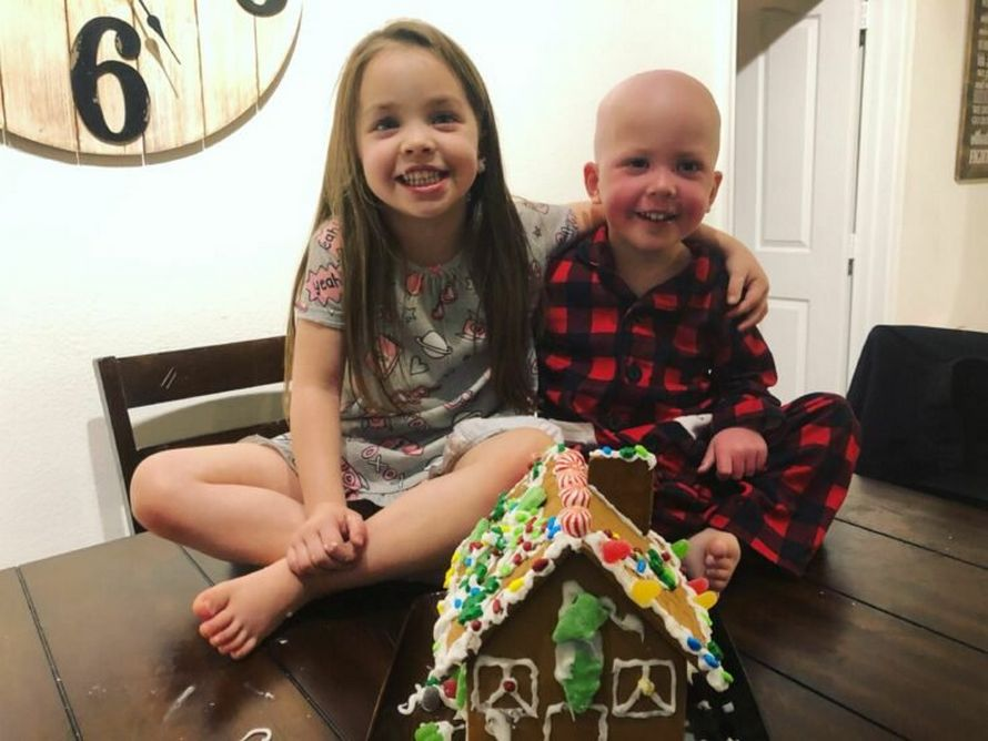 Ce cliché déchirant montre une fillette réconfortant son frère malade qui lutte contre la leucémie