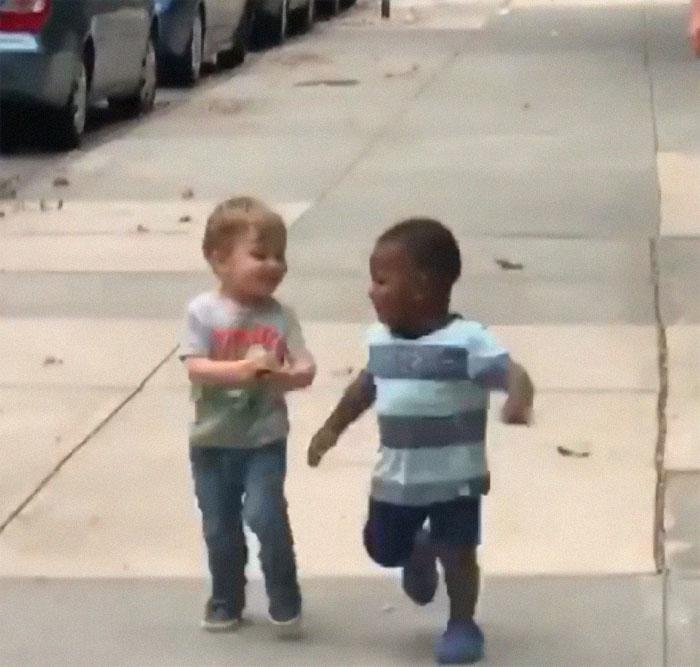 Deux bambins se sont fait un câlin comme s'ils ne s'étaient pas vus depuis des années après 2 jours de séparation seulement