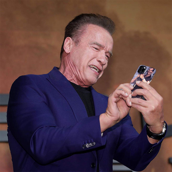 Quelqu'un a remarqué que Arnold Schwarzenegger a la coque d'iPhone ...
