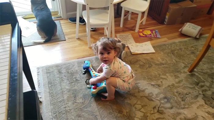 Un homme a accidentellement filmé sa petite fille qui dansait alors que son chien jouait du piano