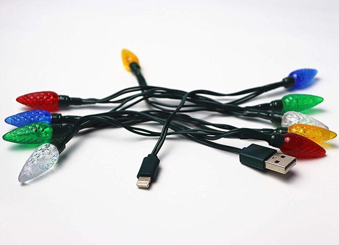 Il y a un chargeur de téléphone avec des lumières de Noël et tu ne pensais pas en avoir besoin jusqu'à maintenant