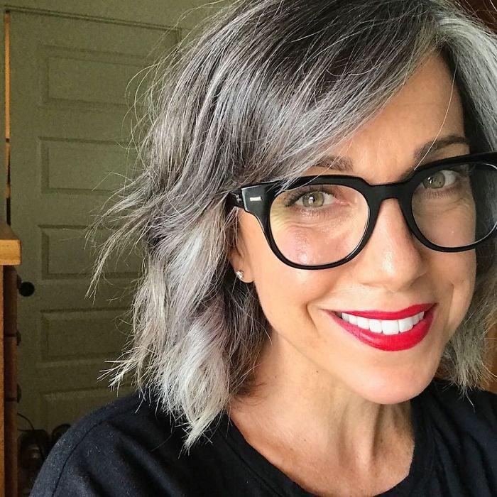 Ces 33 femmes qui ont arrêté de se teindre les cheveux sont si jolies qu'elles pourraient te convaincre de faire la même chose (nouvelles images)