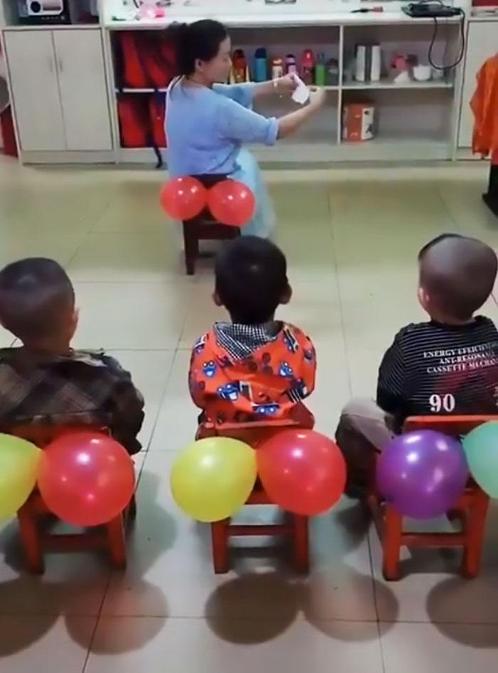 Une enseignante montre aux enfants comment se nettoyer les fesses et les gens disent que c'est ce que chaque école devrait enseigner