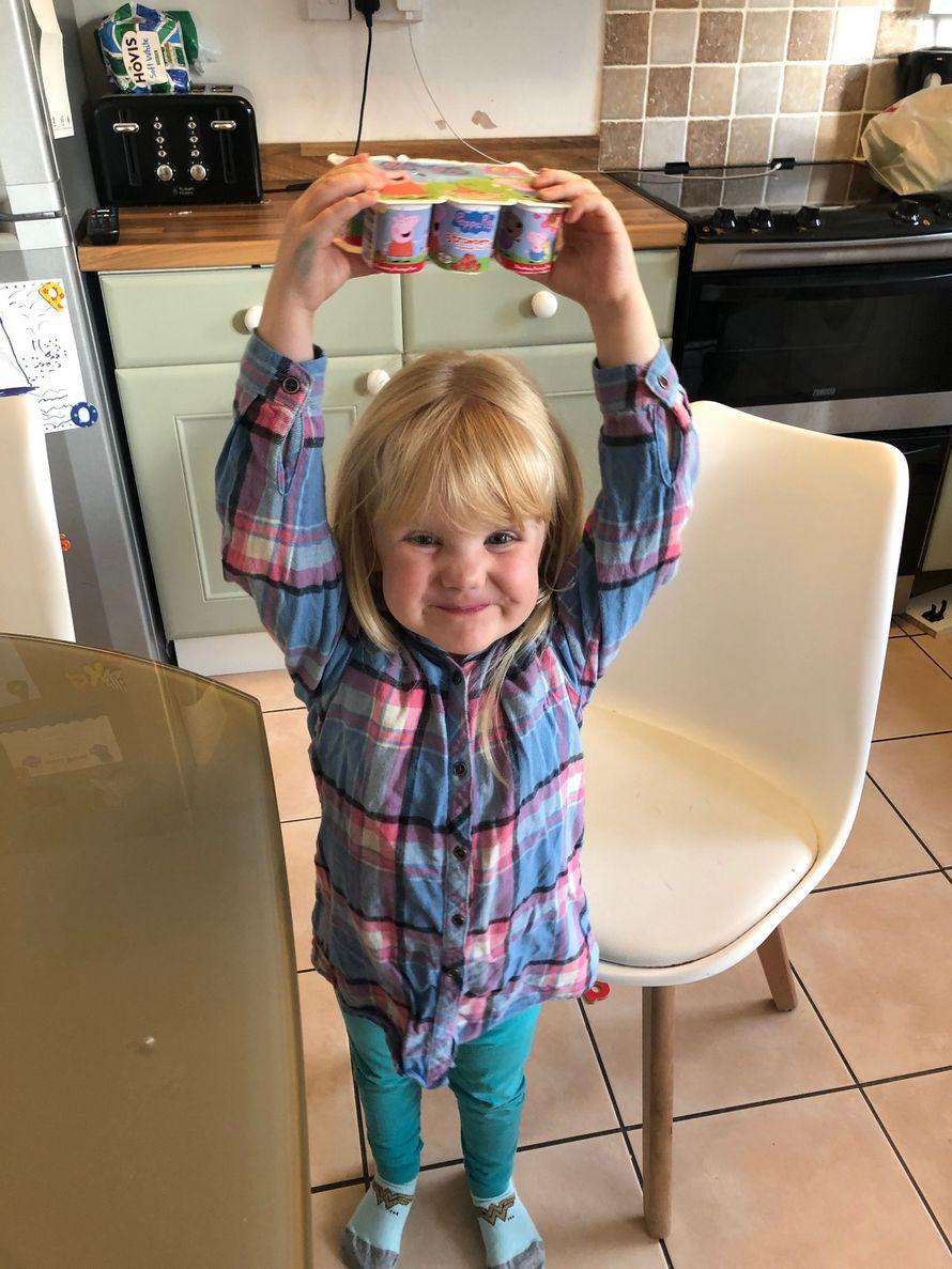 Un papa a laissé sa fille seule pendant dix minutes et elle a dévoré 18 yogourts