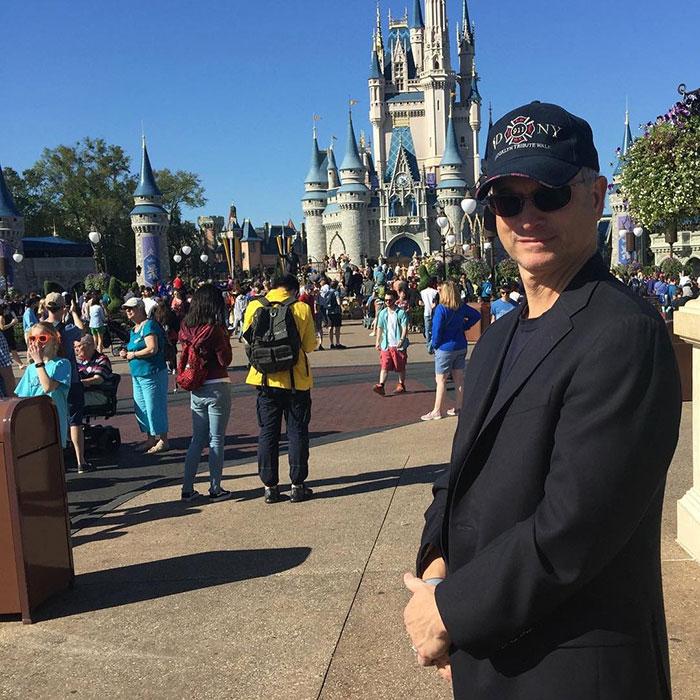 Cet homme a emmené gratuitement à Disney World plus de 1000 enfants de soldats tombés au combat