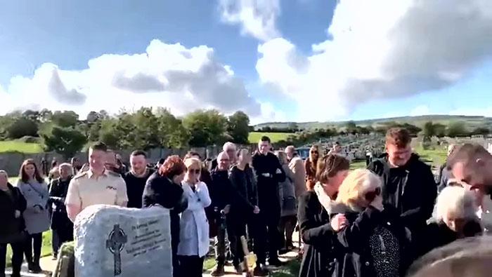 Un homme a enregistré un message pour le faire jouer à ses funérailles et il a fait pleurer de rire ses proches