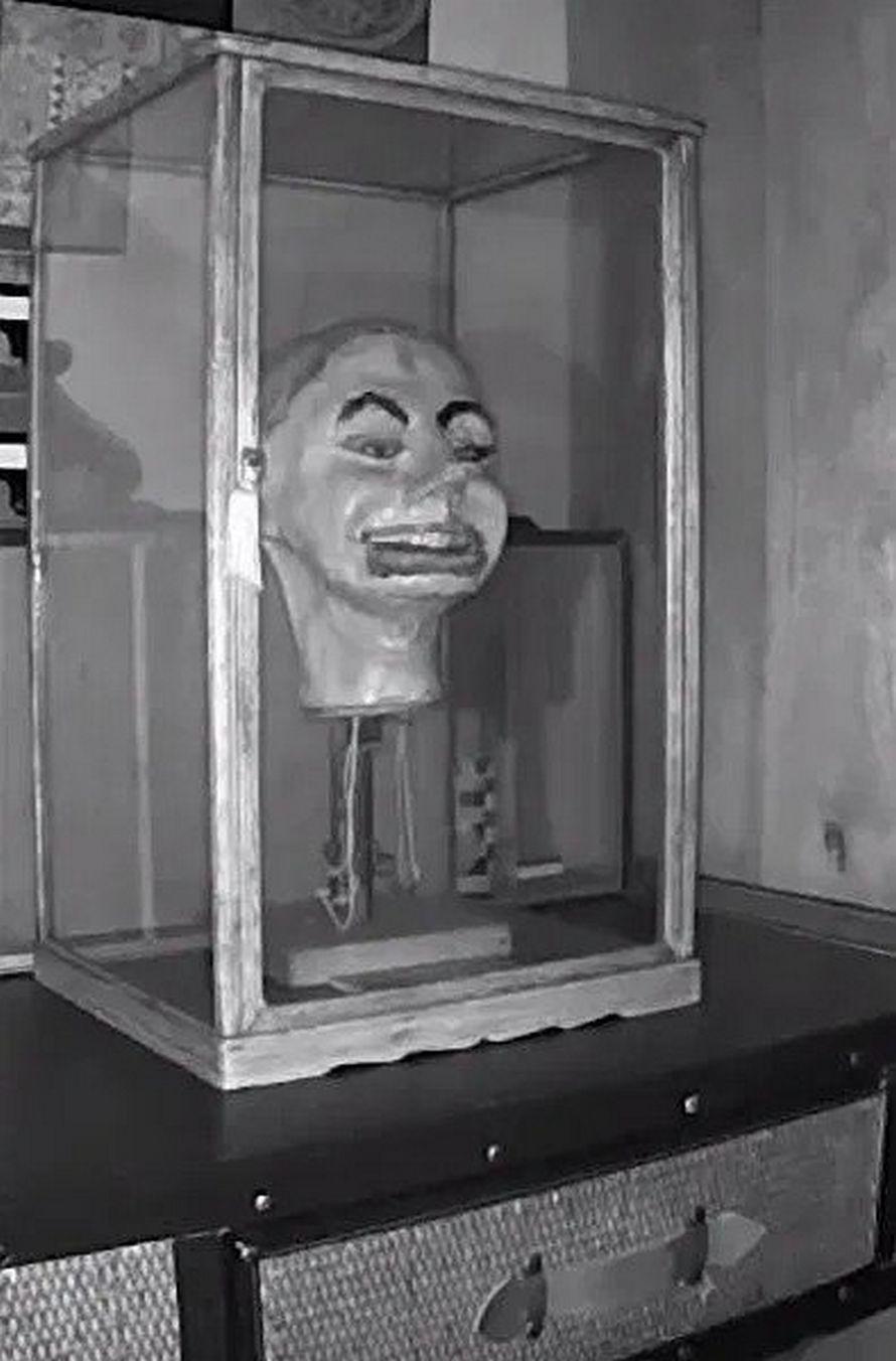 Cette marionnette de ventriloque a pris vie dans des images de vidéosurveillance terrifiantes