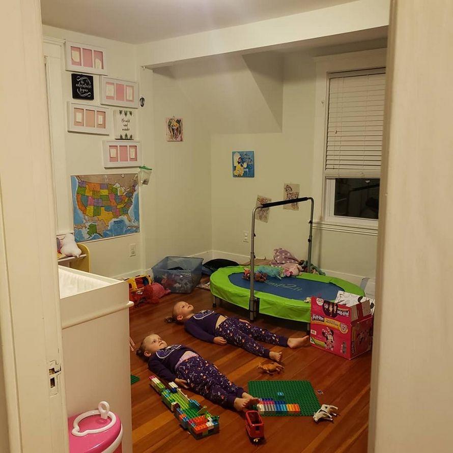 Une maman a dit à ses enfants qu'ils devaient rester immobiles pour charger leurs pyjamas qui brillent dans le noir