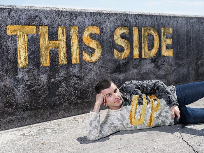 22 photos de ma série «pulls invisibles» qui a pris 5 ans et des milliers d'heures de tricot