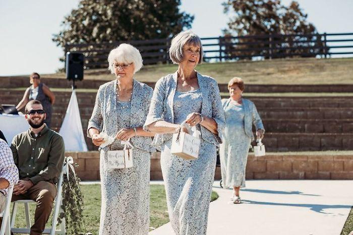 Cette mariée a choisi ses 4 grands-mères comme bouquetières