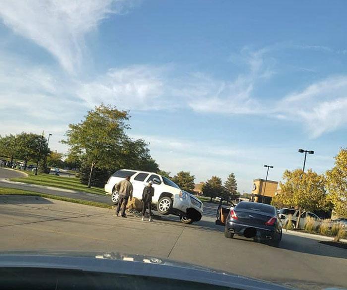 Quelqu'un a posé une énorme roche pour arrêter ceux qui sautent le trottoir et filmer les imbéciles qui l'ignorent